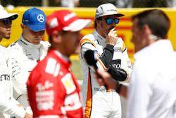 Гонщики Mercedes AMG F1 Льюис Хэмилтон и Валттери Боттас, Себастьян Феттель, Ferrari, Фернандо Алонсо, McLaren