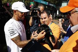 Lewis Hamilton, Mercedes AMG, rencontre un fan avec un chien