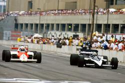 Alain Prost, McLaren MP4/2C-TAG Porsche, dépasse Riccardo Patrese, Brabham BT55-BMW