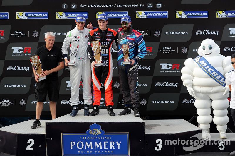 Подиум: победитель Орельен Панис, Boutsen Ginion Racing, второе место – Джакомо Альтое, M1RA, третье