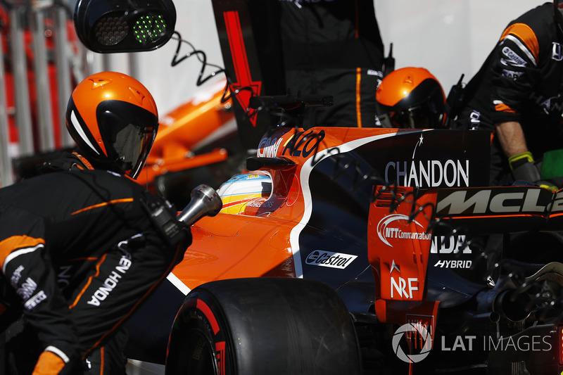 Fernando Alonso, McLaren MCL32, maakt een pitstop
