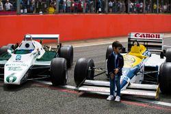 Un jeune fan devant une Williams FW08 et une FW11