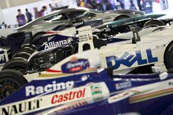 Una línea de coches de Williams, incluyendo el ganador de Le Mans de BMW 1999