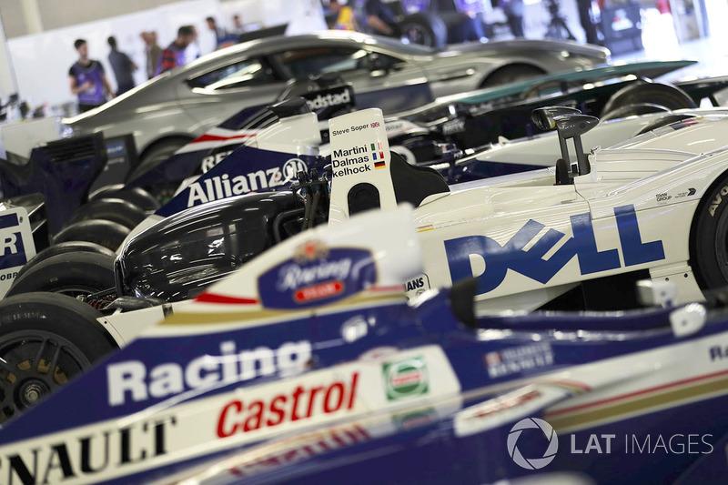 Машини Williams включно із переможцем Ле-Мана 1999 року BMW
