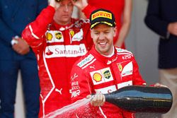 Ganador de la carrera Sebastian Vettel, Ferrari, segundo lugar Kimi Raikkonen, Ferrari