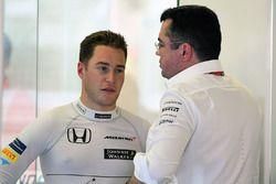 Stoffel Vandoorne, McLaren MCL32 en Eric Boullier, McLaren Racing Director