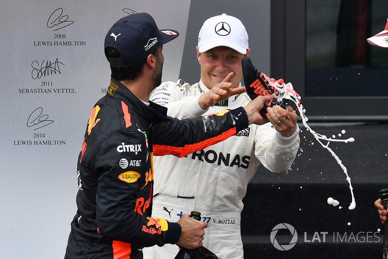 Pero Bottas se negó, y el champagne acabó por el suelo