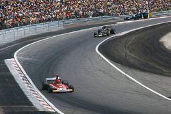 Niki Lauda, Ferrari 312B3, devant Ronnie Peterson, Lotus 72E Ford