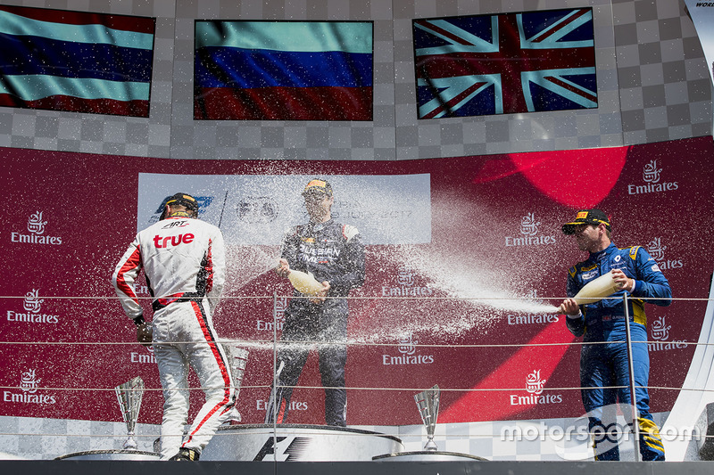 Подіум: переможець Артем Маркелов (RUSSIAN TIME), другий призер Александр Альбон (ART Grand Prix) і Олівер Роуланд (DAMS)