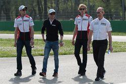 Timo Bernhard, Earl Bamber, Brendon Hartley, Porsche Team, durante il track walk