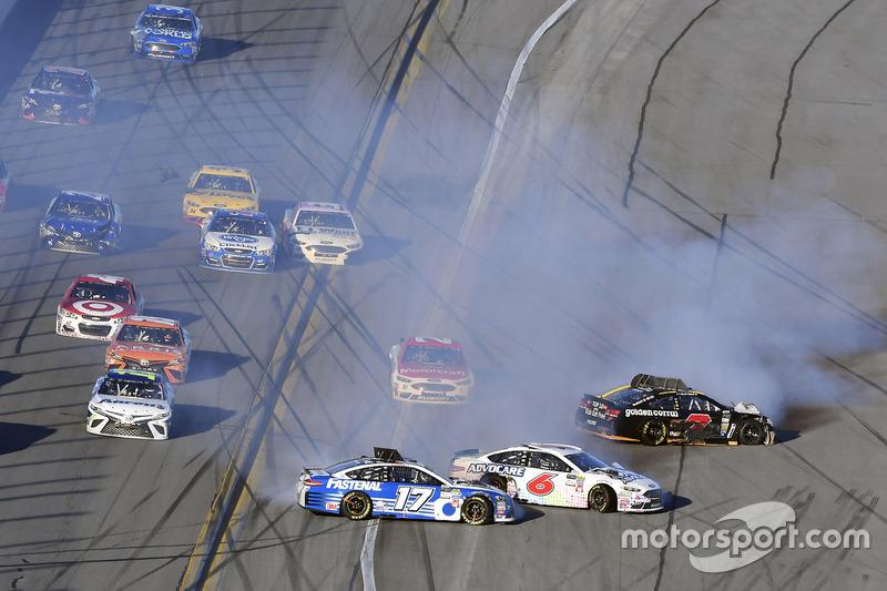 Crash: Ricky Stenhouse Jr., Roush Fenway Racing, Ford; Trevor Bayne, Roush Fenway Racing, Ford