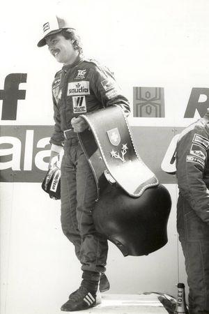 En tant que vainqueur du Grand Prix de Suisse, Keke Rosberg reçut une cloche typiquement helvétique!
