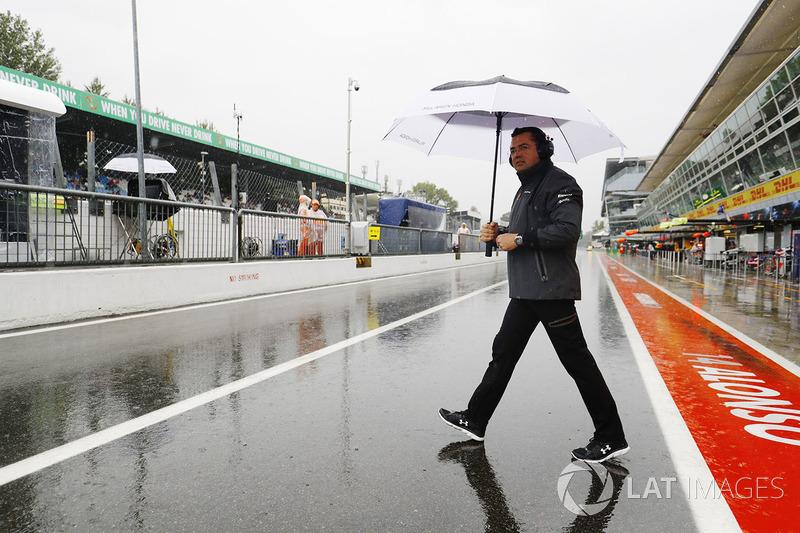 Eric Boullier, director de McLaren, en el pitlane mojado