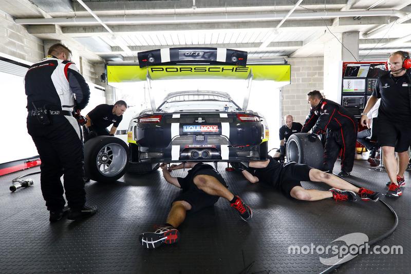 Miembros del equipo trabajando en el coche de #911 Walkinshaw GT3, Porsche 911 GT3 R: Earl Bamber, Kevin Estre, Laurens Vanthoor