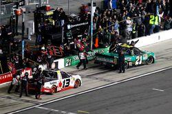 Pit stop: Cameron Hayley, ThorSport Racing Toyota en Johnny Sauter, GMS Racing Chevrolet