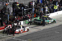 Pit stop: Cameron Hayley, ThorSport Racing Toyota y Johnny Sauter, GMS Racing Chevrolet