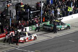 Arrêt aux stands pour Cameron Hayley, ThorSport Racing Toyota et Johnny Sauter, GMS Racing Chevrolet