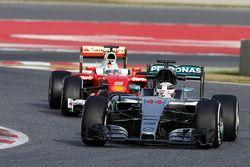 Lewis Hamilton, Mercedes AMG F1 W07 Hybrid devant Sebastian Vettel, Ferrari SF16-H