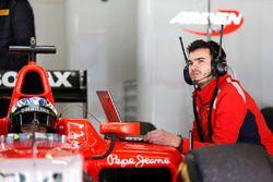 Un ingeniero conecta su portátil en el coche de Jimmy Eriksson, Arden internacional