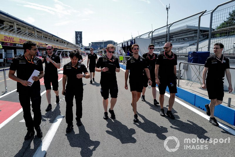 Romain Grosjean, Haas F1 fait un trackwalk avec ses mécaniciens