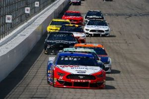 Joey Logano, Team Penske, Ford Mustang AAA Insurance and Kevin Harvick, Stewart-Haas Racing, Ford Mustang Busch Beer / National Forest Foundation
