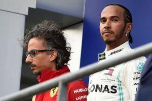 Podio: Laurent Mekies, Director deportivo Ferrari, segundo lugar Lewis Hamilton, Mercedes AMG F1, ganador de la carrera Charles Leclerc, Ferrari