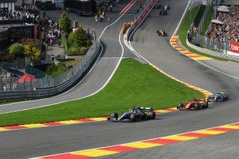 Lewis Hamilton, Mercedes AMG F1 W10, devant Sebastian Vettel, Ferrari SF90, et Valtteri Bottas, Mercedes AMG W10