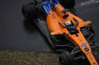Carlos Sainz Jr., McLaren MCL34, spins out