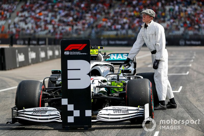 Mercedes AMG F1 mechanic with the car of Valtteri Bottas, Mercedes AMG W10 in Parc Ferme
