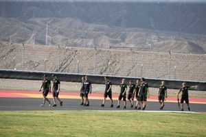 Leon Haslam, il Kawasaki Racing Team e Jonathan, ispezionano la pista