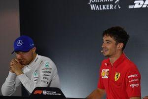 Valtteri Bottas, Mercedes AMG F1, 2e plaats, en Charles Leclerc, Ferrari, 1e plaats, in de persconferentie