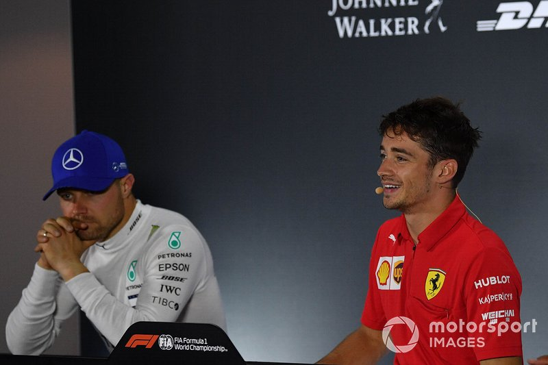 Valtteri Bottas, Mercedes AMG F1, secondo classificato, e Charles Leclerc, Ferrari, primo classificato, alla conferenza stampa