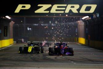 Daniil Kvyat, Toro Rosso STR14, en lutte avec Daniel Ricciardo, Renault F1 Team R.S.19