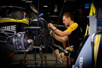 Renault F1 Teamlid aan het werk