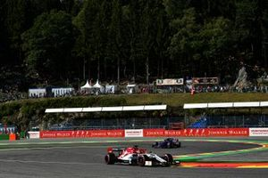 Kimi Raikkonen, Alfa Romeo Racing C38, Pierre Gasly, Toro Rosso STR14