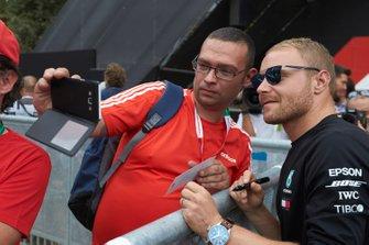 Valtteri Bottas, Mercedes AMG F1 met een fan