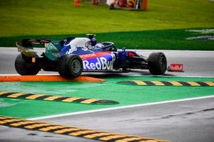Pierre Gasly, Toro Rosso STR14 stuck on a kerb