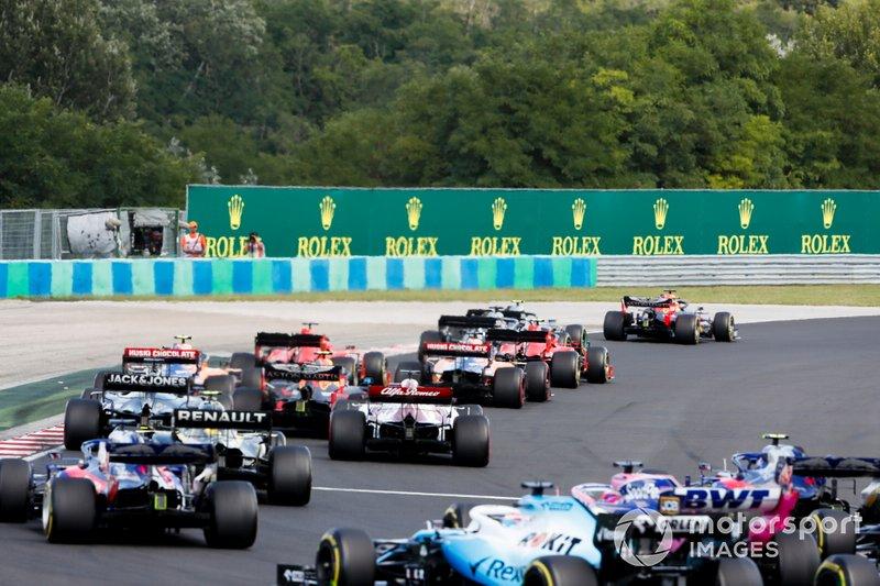 Max Verstappen, Red Bull Racing RB15, lidera a Valtteri Bottas, Mercedes AMG W10, Lewis Hamilton, Mercedes AMG F1 W10, Sebastian Vettel, Ferrari SF90, Charles Leclerc, Ferrari SF90, y el resto en la salida