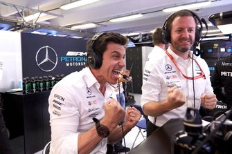 Toto Wolff, Executive Director (Business), Mercedes AMG, viert de zege