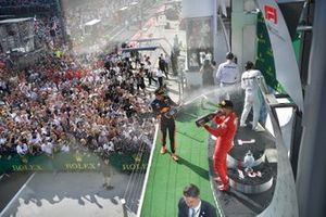 Il secondo classificato Max Verstappen, Red Bull Racing, spruzza Champagne al primo classificato Lewis Hamilton, Mercedes AMG F1, e il terzo classificato Sebastian Vettel, Ferrari, sul podio