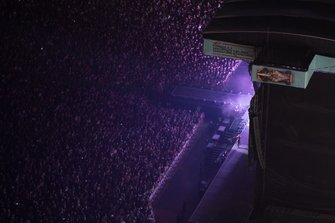 Des fans autour de la scène du concert