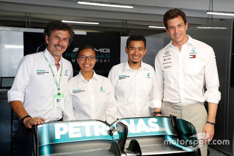Les ingénieurs Petronas avec Toto Wolff, directeur exécutif Mercedes AMG