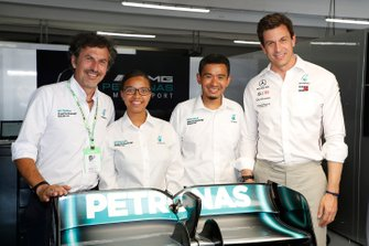 Petronas trackside fluide engineers with Toto Wolff, Executive Director (Business), Mercedes AMG