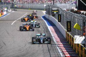 Lewis Hamilton, Mercedes AMG F1 W10, devant Carlos Sainz Jr., McLaren MCL34, et Valtteri Bottas, Mercedes AMG W10