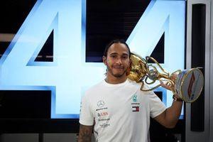Ganador Lewis Hamilton, Mercedes AMG F1, con su trofeo