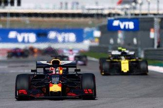 Max Verstappen, Red Bull Racing RB15, voor Nico Hulkenberg, Renault F1 Team R.S. 19