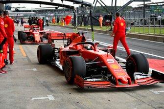 Sebastian Vettel, Ferrari SF90, in de pits