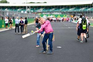 Johnny Herbert, Sky TV gioca a cricket