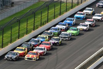 Kevin Harvick, Stewart-Haas Racing, Ford Mustang Mobil 1 and Kyle Larson, Chip Ganassi Racing, Chevrolet Camaro McDonald's