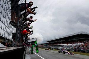 Les mécaniciens Racing Point fêtent la quatrième place de Lance Stroll, Racing Point RP19